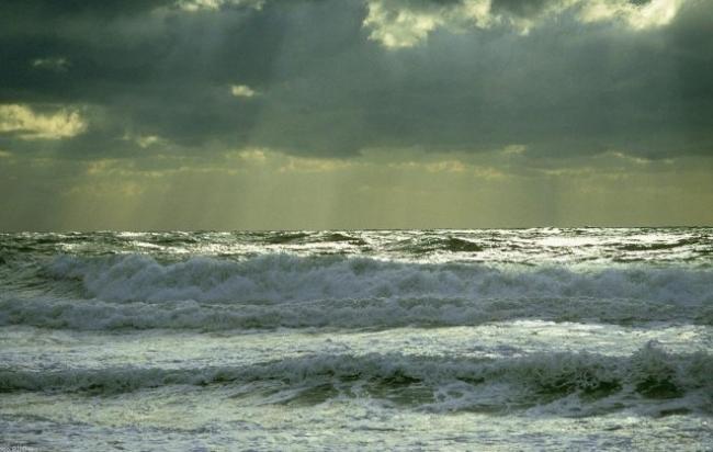 الطقس :رياح قوية نسبياً ،  البحر شديد الإضطراب و سحب تتكاثف تدريجياً...